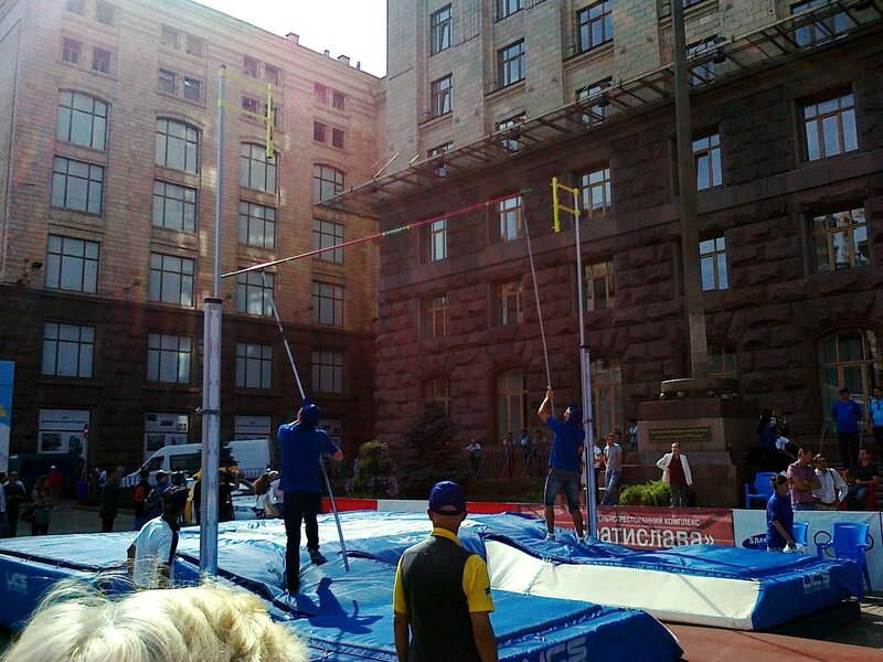 Установка планки в секторе для прыжков с шестом