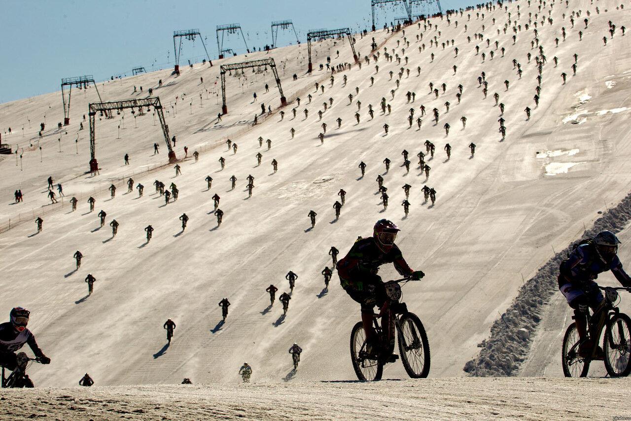 Спуск велогонщиков с горы Mountain of Hell (Альпы)