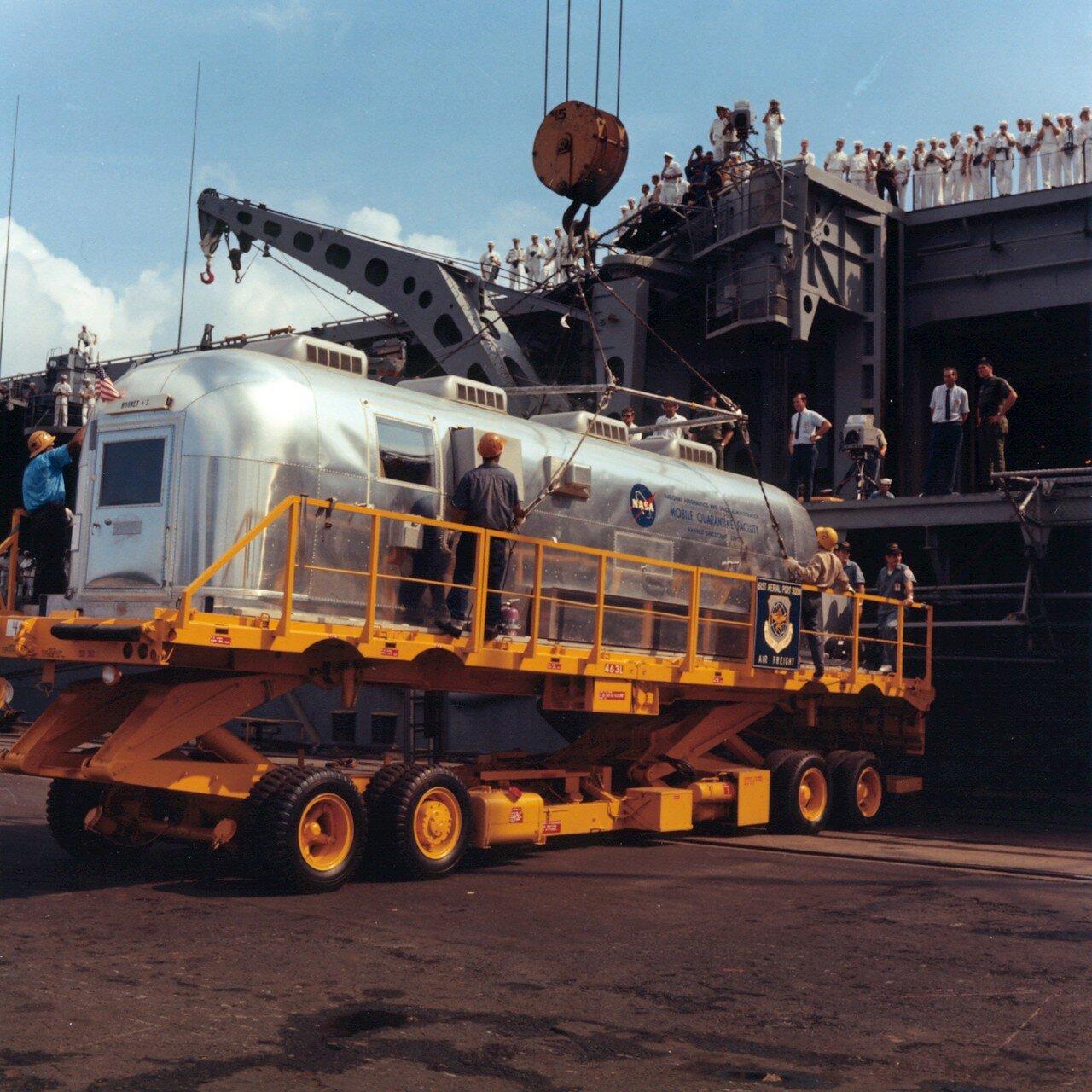 В Советском Союзе доставка астронавтов на борт авианосца «Хорнет» впервые в ходе всей миссии транслировалась по телевидению в прямом эфире по системе «Интервидения»