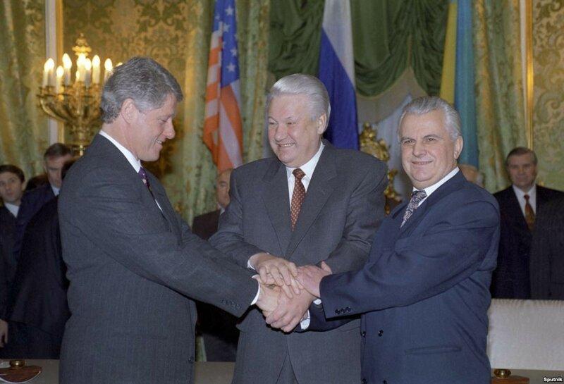 1994 Билл Клинтон, Борис Ельцин и Леонид Кравчук после церемонии подписания Договора о выводе ядерного оружия с украинской территории РИА Новости, Александр Макаров..jpg