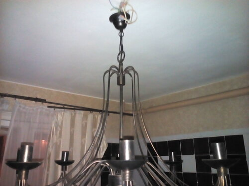 Вызов электрика аварийной службы в квартиру из-за частичного отключения электроснабжения после короткого замыкания в люстре