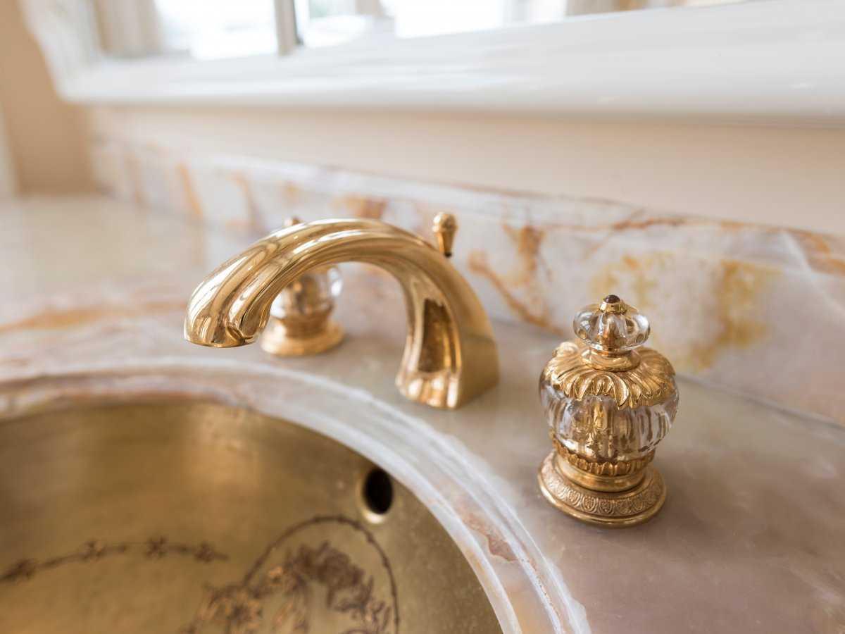 12. Детали интерьера по всему дому отделаны 22-каратным сусальным золотом общей стоимостью 3 млн дол