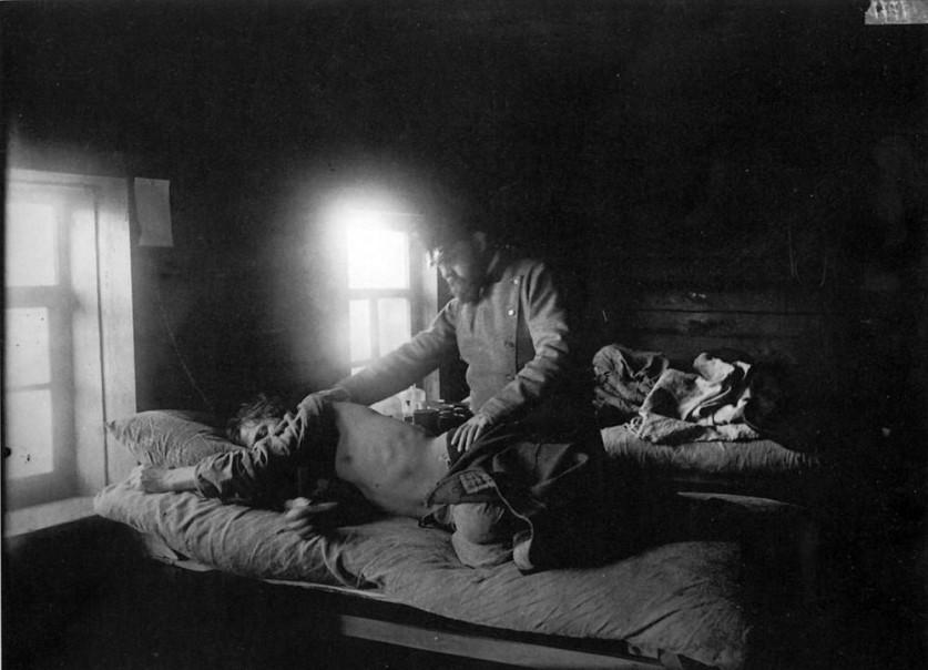 Доктор Решетилов осматривает больного сыпным тифом Кузьму Кашина в селе Накрусове. 1891-1892 гг. Нег