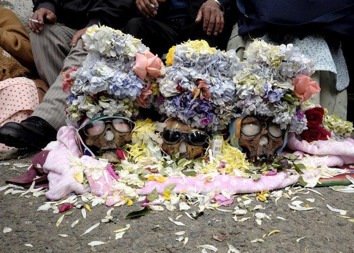 Коренные боливийцы каждый год 8 ноября участвуют в древнем ритуале смерти. Участники берут человечес