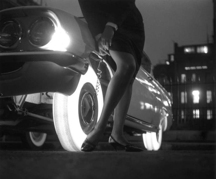 Необыкновенные шины изготовляли из синтетического каучука и ярко освещались стеклянными лампочками,