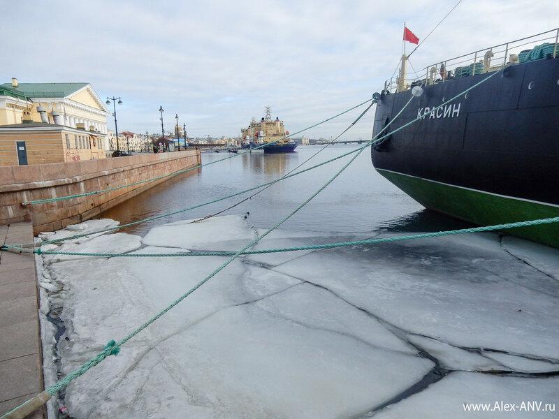 Середина марта, лёд на Неве почти весь сошёл, и остался лишь там, где нет солнца.