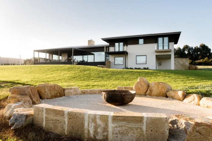 The relaxed sense of connection to the rural surrounds is achieved by completely opening the home on