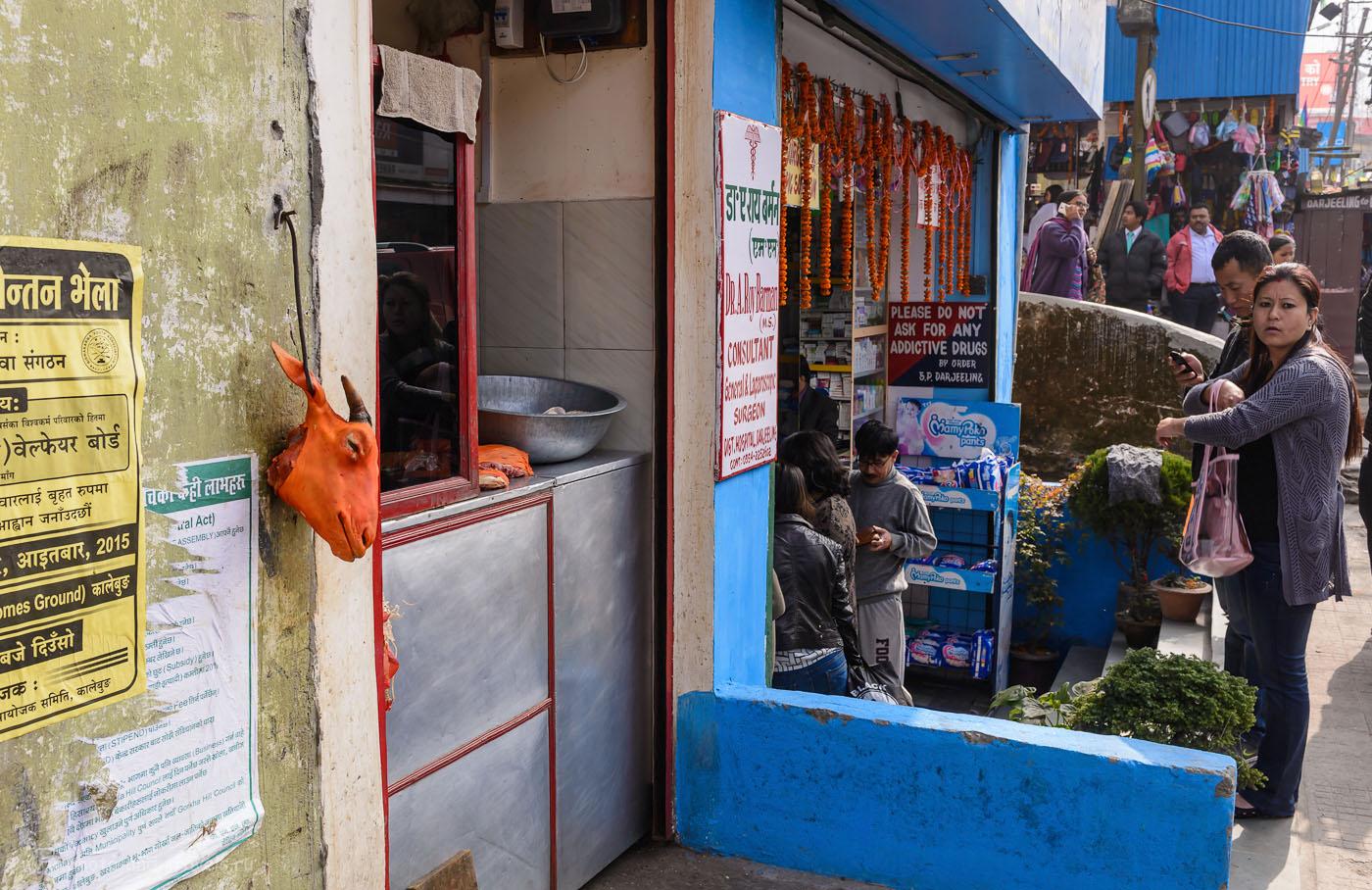 Фотография 15. Лавка козлиных голов в Дарджилинге, расположенная справа от ресторана Chopstix Bar & Restaurant. 1/125, 9.0, 200, 32.