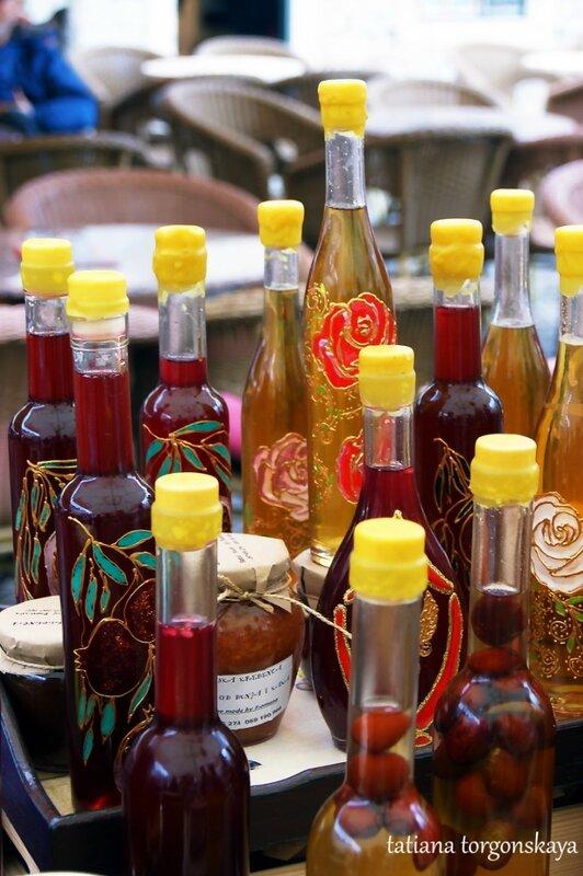 Бутылки с соками и настойками