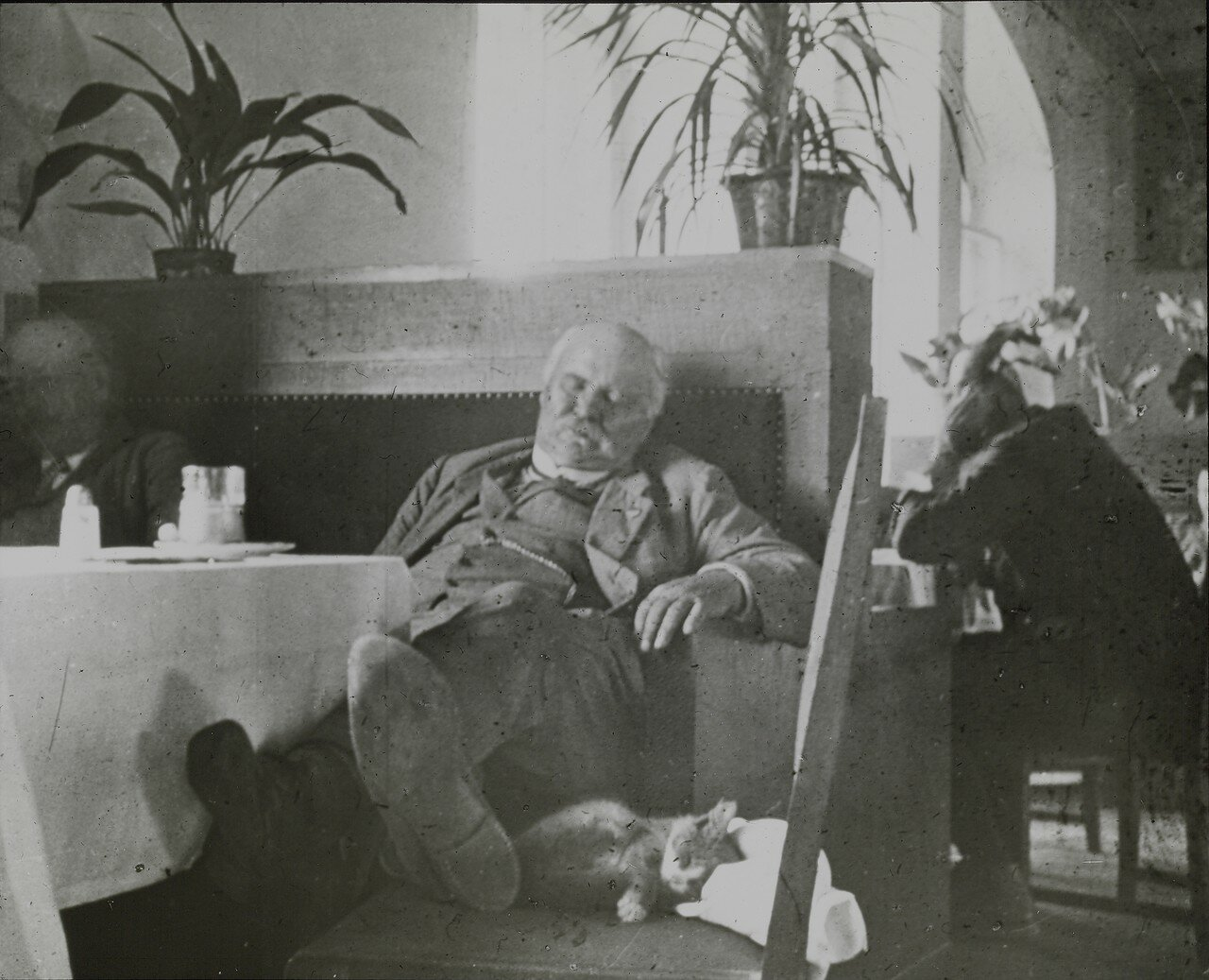 Швейцарский зоолог Конрад Келлер в глубоком сне на станции Царицын