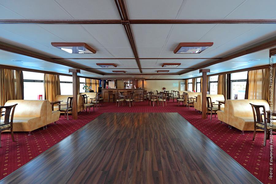 За ходовой рубкой расположен конференц-зал с диско-баром речной теплоход Семен Буденный