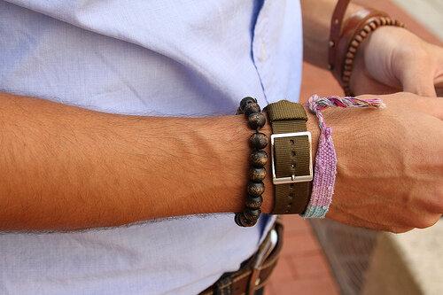 браслеты на руке мужчины