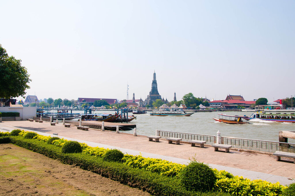 Бангкок, вид через реку на Храм Утренней Зари
