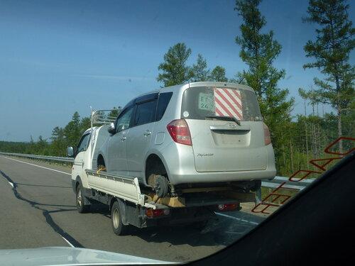 на фото машина-воровайка везет машину почти с себя размером