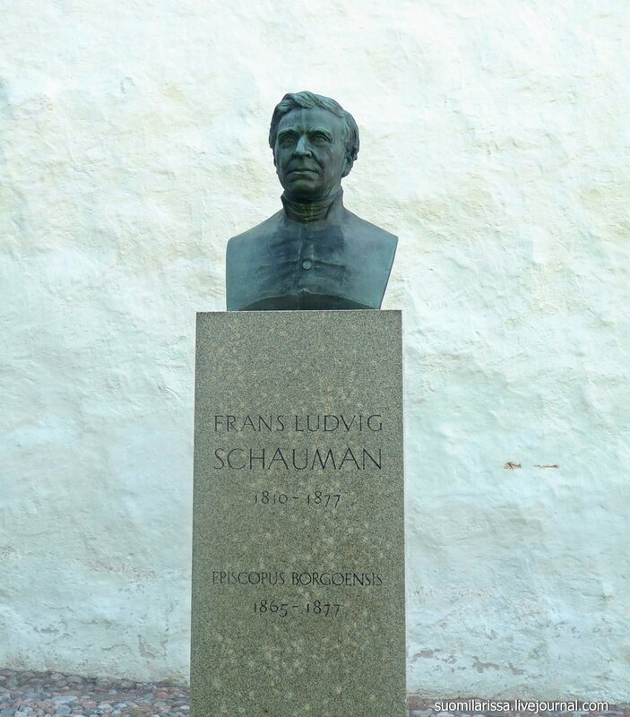 Памятник епископу.