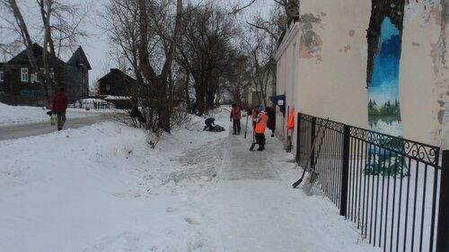 Расчищают тротуары в Барабинске