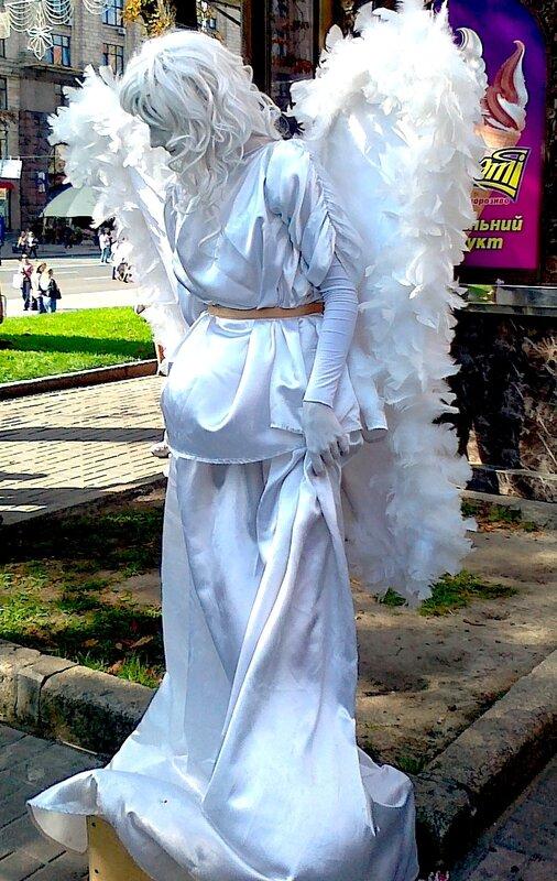 Живая скульптура Ангел на Крещатике