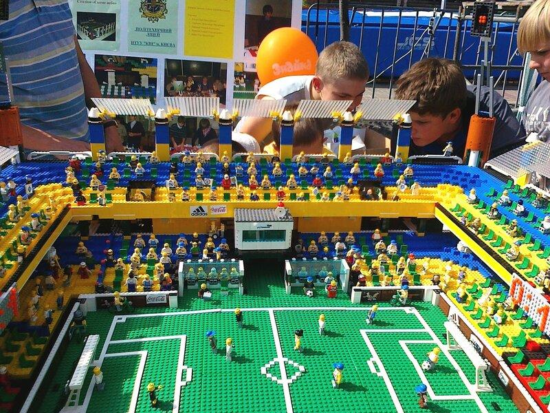 Модель стадиона из деталей детского конструктора