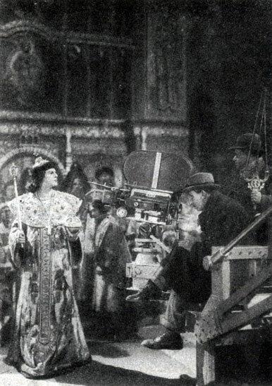 Съемка эпизода венчания Ивана IV на царство из фильма Иван Грозный, 1944 г. Иван IV - H. K. Черкасов. У аппарата - помощники оператора.