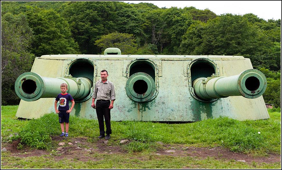 """Впрочем, одно любопытное место на острове действительно есть, это так называемая Ворошиловская батарея - превращенный в музей артиллерийский комплекс по защите Владивостока в моря. Впрочем, боевых стрельб она никогда не производила. О батарее рассказывали страшные и странные вещи, якобы орудийным расчетам запрещалось выходить на улицу зимой, чтобы американцы со спутников-шпионов и самолетов-разведчиков не рассчитать число обслуживающих орудия солдат. Не думаю, что это правда. Сама батарея представляет собой пару корабельных башен с еще царского линкора """"Полтава"""", находящихся друг от друга в полукилометре. Калибр каждого орудия - 305 мм, общий размер башни хорошо передает сравнение с взрослым мужчиной и подростком."""