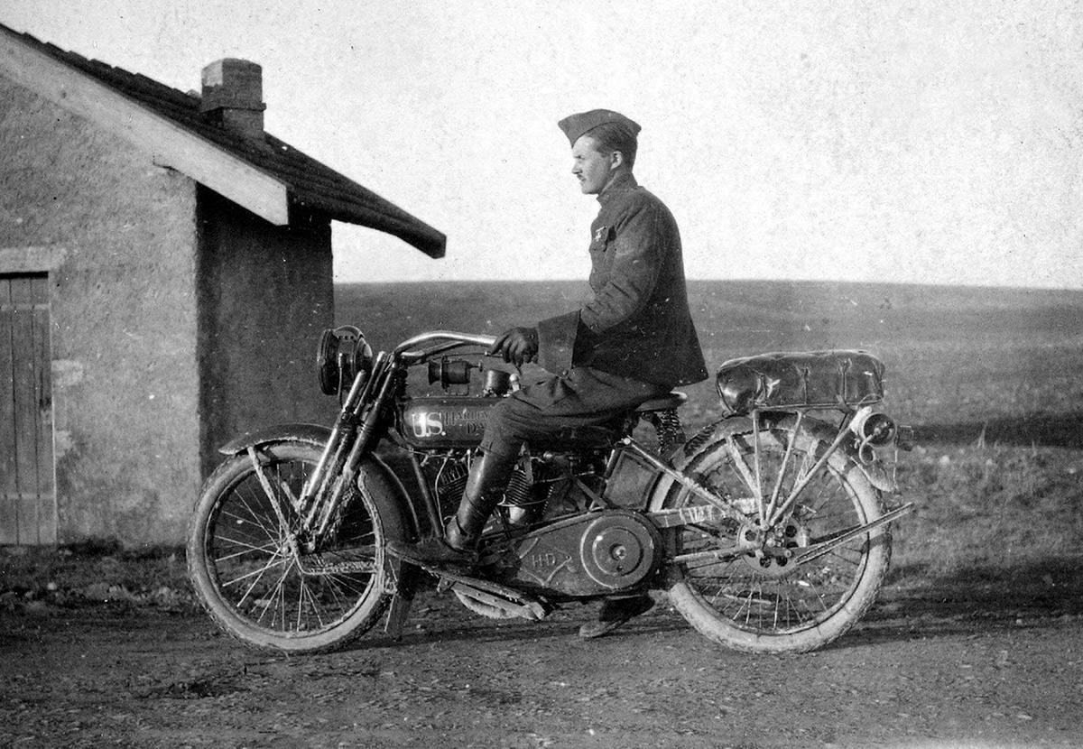 Солдат армии США на мотоцикле Harley-Davidson (1918 год) (4)
