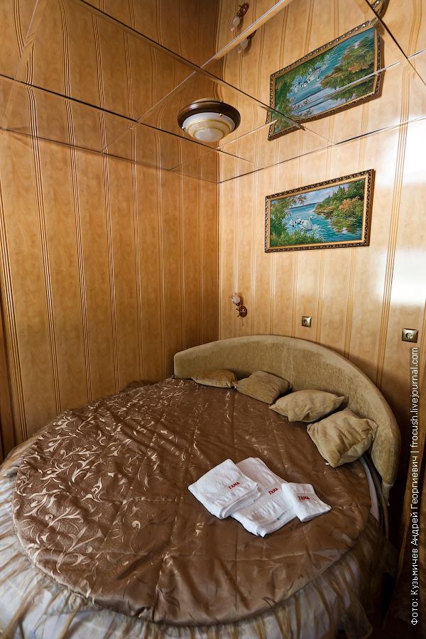 зеркальный потолок в люксе теплоход Иван Кулибин