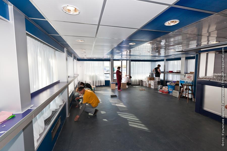 теплоход Феликс Дзержинский Бар Нева на корме шлюпочной палубы не был готов к началу рейса
