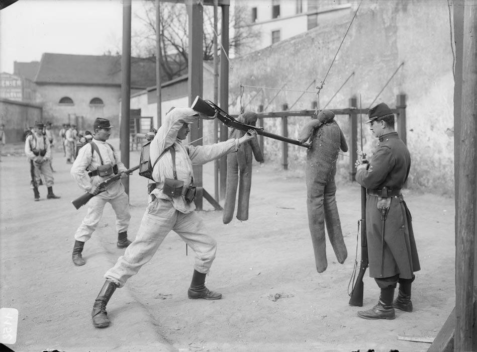 Exercice d'escrime a la baïonnette pour les soldats de l'infanterie.