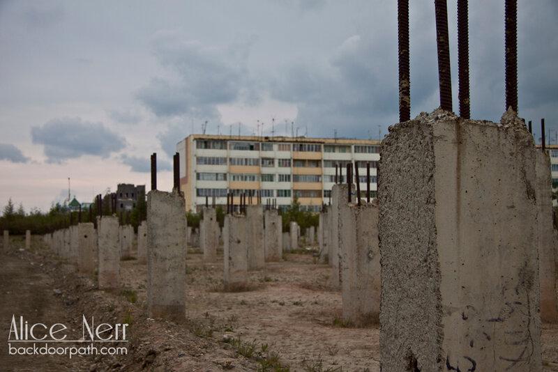 сваи - все здания в городе стоят на таких сваях