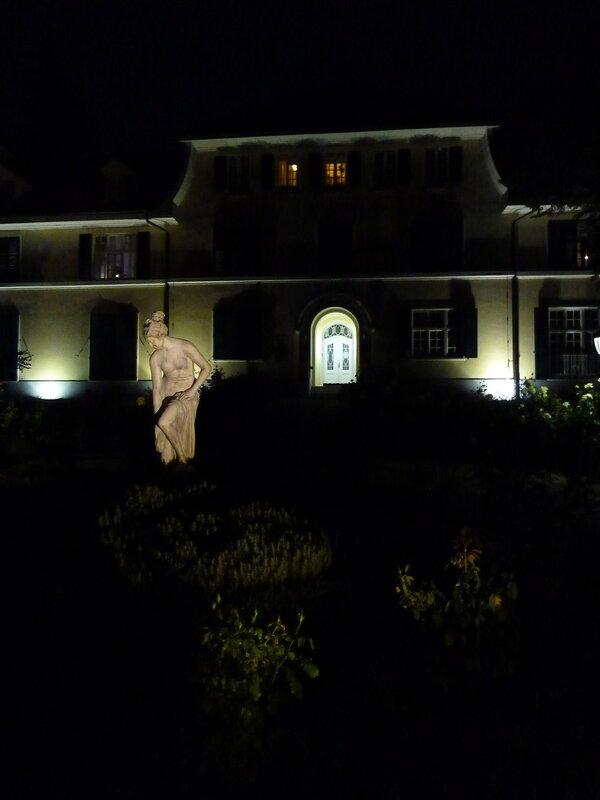 Статуя у одного из спа-центров курорта в ночи - как призрак