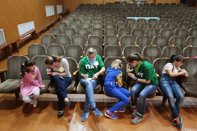 Спустя час родители и дети объединяются в актовом зале. Волонтеры предлагают поучаствовать в своеобр