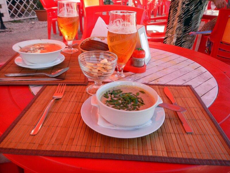 грибной суп-пюре и черниговское пиво в кафе Три пальмы