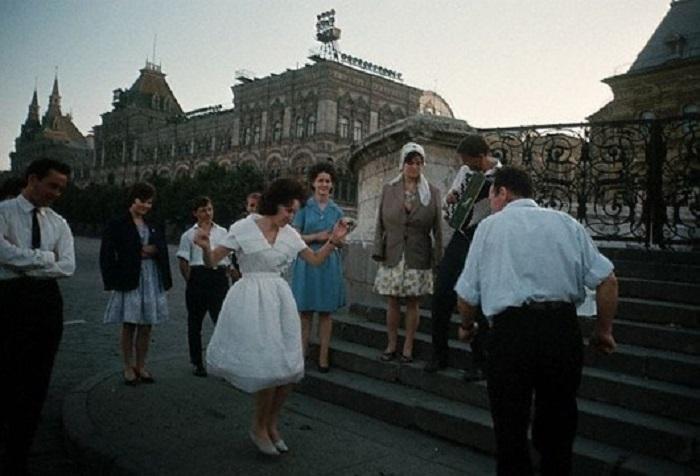 Группа студентов отмечает выпускной, 1964 год.