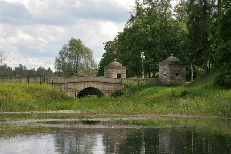 Гатчинский парк, Мост с кордегардиями