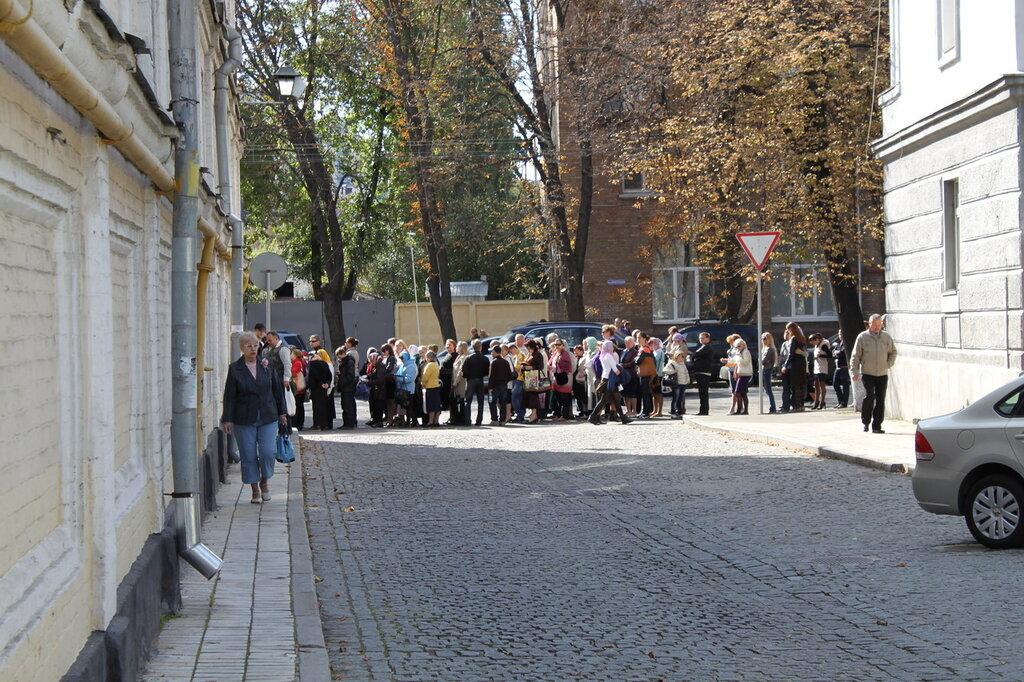 Очередь к Плащанице пересекает Лаврский переулок
