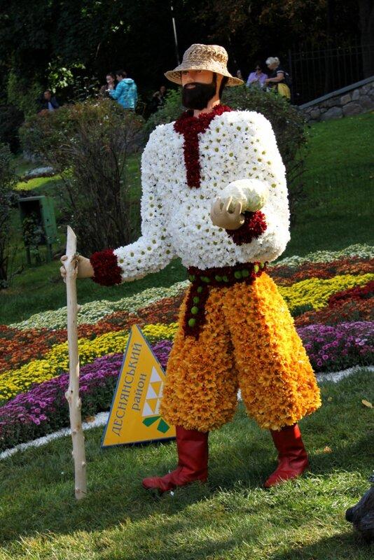 Одна из фигур цветочной инсталляции