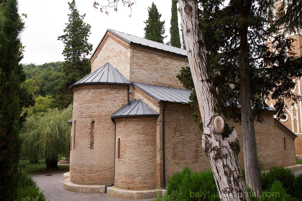 Бодбийский кафедральный собор во имя Георгия Победоносца и Нино, трёхнефная базилика 9 века.