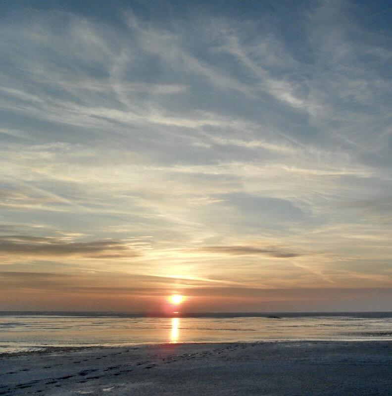 Закат, на мартовских полях ледяных