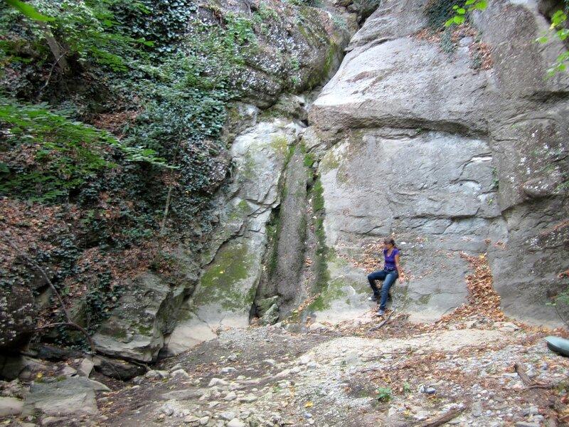 У скалы