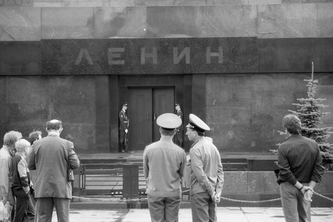 Москва. Красная площадь. Часовые у входа в Мавзолей