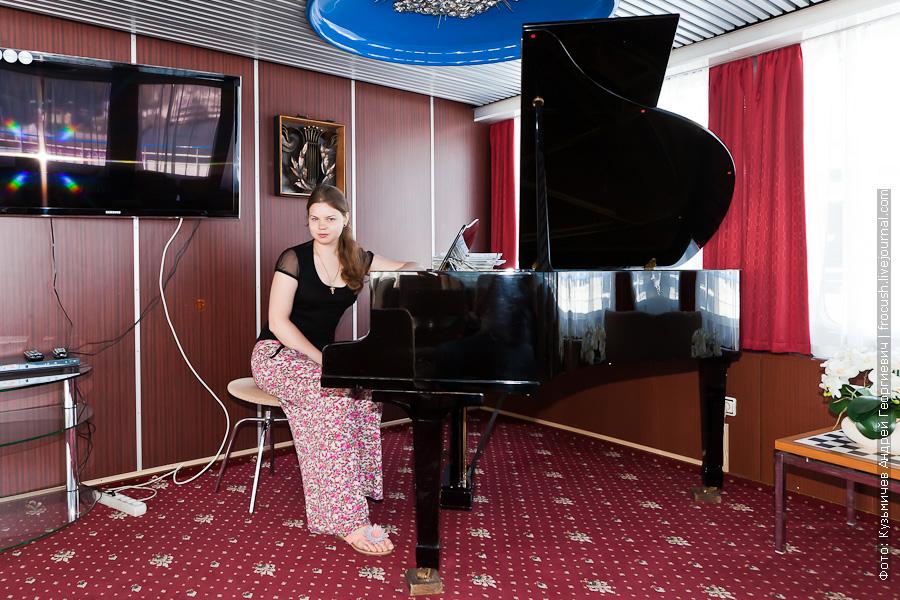теплоход Александр Пушкин музыкальный салон фото