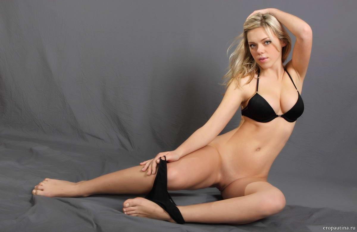 сочная голая блондинка с большой грудью