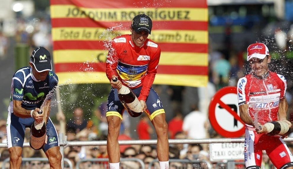 Как испанские велосипедисты празднуют победу в гонке