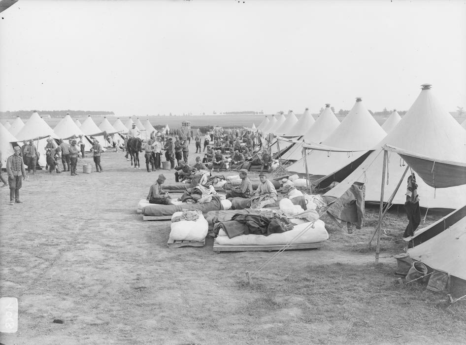 Le repos des soldats au campement de campagne pendant les manoeuvres.
