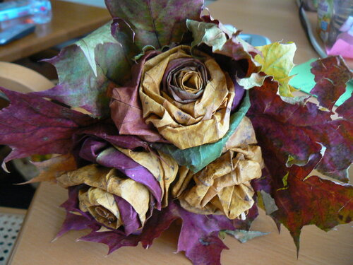 Букет роз из осенних листьев своими руками