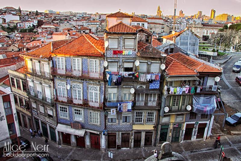 дом в центре Порту покрытый азулежу