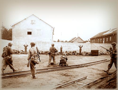 Солдаты из 157-го американского пехотного полка расстреливают эсесовцев из охраны немецкого концлагеря Дахау. В центре фото — расчет 7,62-мм пулемета Браунинг M1919A4.  Фото сделано после первого залпа — несколько охранников еще живы.  Время съемки: 29.04