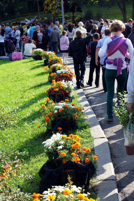 Посетители выставки цветов на Певческом поле