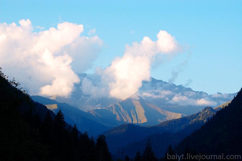 Верхняя Рача. Вид на Большой Кавказ с дороги в Шови