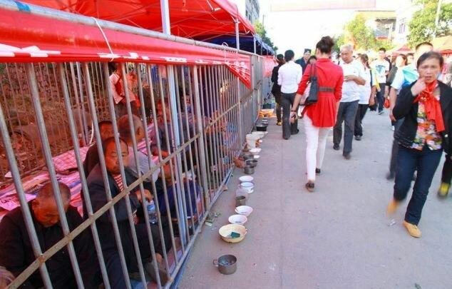 Китайская ярмарка с бомжами за решеткой